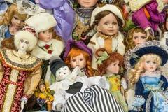 Sale av gamla dockor på en loppmarknad arkivfoto