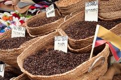 Sale av kaffebönor av olika variationer av killograms på marknaden i staden av Akko i Israel Arkivbild