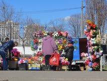 Sale av konstgjorda blommor Arkivfoton