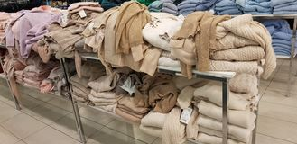 Sale av kvinnors kläder i lagret Zolla arkivbild