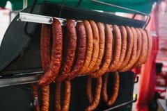 Sale av mat på den traditionella gatamarknaden i den europeiska staden Sale av läckra korvar i marknaden europeiskt Arkivbild