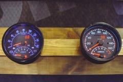 Sale av motorcykel- och bilhastighetsmätare, instrumentbräda arkivbild
