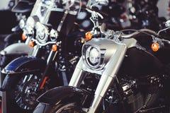 Sale av nya motorcyklar från återförsäljaren motorcyklar står i rad gnistrandet Arkivfoto