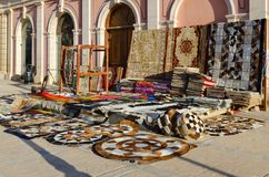 Sale av olika färgrika orientaliska mattor på gatan i Il Mercato i Hadaba, Sharm el Sheikh, Egypten Royaltyfri Fotografi
