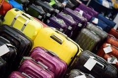 Sale av resväskor av olika format och färger Arkivfoto