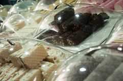 Sale av sötsaker på marknaden i staden av Akko i Israel Royaltyfri Foto