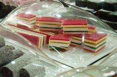 Sale av sötsaker på marknaden i staden av Akko i Israel Arkivbilder