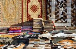 Sale av variation av orientaliska mattor på gatan i Il Mercato i Sharm el Sheikh, Egypten Fotografering för Bildbyråer