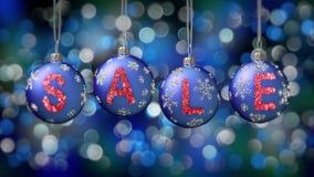 Sale baner på blåa julbollar med den runda snöflingan på bokehbakgrund 4K stock video