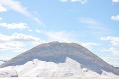 Sale bianco sul fondo del cielo blu Fotografia Stock
