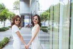 Sale, consumerism och folkbegrepp - lyckliga unga kvinnor med sh arkivfoto