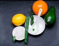 Sale cosmetico del mare in un bianco pial con il limone e il ava arancio dell'aloe Immagini Stock Libere da Diritti