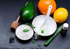 Sale cosmetico del mare in un bianco pial con il limone e il ava arancio dell'aloe Immagine Stock