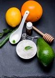 Sale cosmetico del mare in un bianco pial con il limone e il ava arancio dell'aloe Fotografia Stock Libera da Diritti