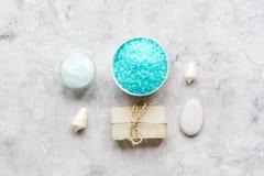 Sale, crema per il corpo e coperture blu per il modello di vista superiore del fondo del bagno della stazione termale Fotografie Stock