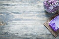 Sale da bagno aromatico del sapone fatto a mano sulla stazione termale dello spazio della copia del bordo di legno Fotografie Stock