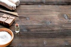 Sale del bagno e sapone naturale per la stazione termale sul modello di legno del fondo Immagini Stock