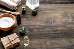Sale del bagno e sapone naturale per la stazione termale sul modello di legno del fondo Fotografia Stock Libera da Diritti