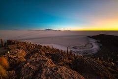 Sale di Uyuni piano sulle Ande boliviane all'alba Fotografia Stock