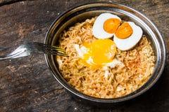 Sale el huevo con los tallarines calientes y picantes en pote Imagenes de archivo
