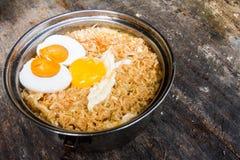 Sale el huevo y la yema de huevo con los tallarines inmediatos del estilo tailandés en la tabla Fotografía de archivo
