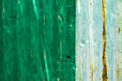 Sale et Rusted a galvanisé le toit de fer, grand fond de bidon Images stock
