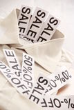 Sale etikett på en mans vita skjorta Royaltyfri Foto
