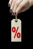 Sale etikett på kvinnahanden med procenttecknet Arkivbild