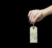 Sale etikett på kvinnahanden med procenttecknet Arkivfoton