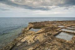 Sale fabricación de la sal de las charcas de la evaporación, mar en la orilla del mar Mediterráneo Imagen de archivo libre de regalías