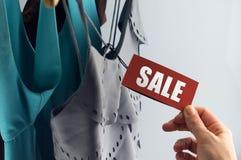 Sale kläder på erbjudande Arkivbild