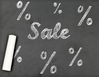 Sale kritahandstil med procentsatstecken på den svart tavlan Royaltyfri Bild