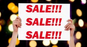 Sale! Kvinnlign räcker att rymma ett plakat Royaltyfri Foto