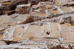 Sale las charcas de la evaporación cerca de la ciudad Maras, Perú Fotos de archivo