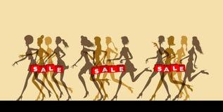 Sale logo med kvinnor som rymmer konturer för shoppingpåsar royaltyfria bilder