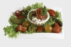 Sale los tartlets con el salchichón y el perejil con la ensalada, incolated en fondo del whitr Imagen de archivo