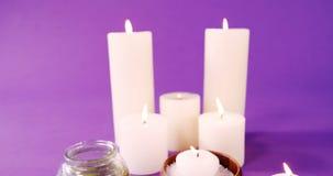 Sale marino in ciotola, in olio e nelle candele di legno sulla tavola archivi video