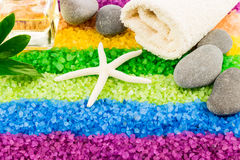 Sale marino con le coperture, le pietre, il petrolio dell'aroma e l'asciugamano di bagno Fotografie Stock