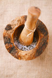 Sale marino e granelli di pepe neri nel mortaio con il pestello Fotografia Stock Libera da Diritti
