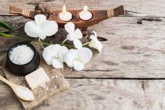 Sale marino ed orchidea della stazione termale su fondo di legno Fotografia Stock Libera da Diritti