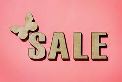 Sale och rabatter, fjärilssammanträde på ordförsäljningen royaltyfri foto