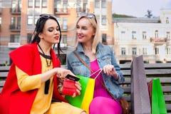 Sale och turism, lyckligt folkbegrepp - härliga kvinnor med shoppingpåsar Arkivfoto