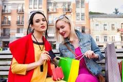 Sale och turism, lyckligt folkbegrepp - härliga kvinnor med shoppingpåsar Arkivfoton