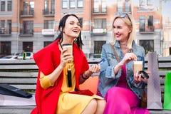 Sale och turism, lyckligt folkbegrepp - härliga kvinnor med shoppingpåsar Royaltyfria Bilder