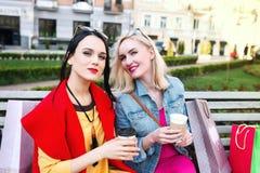 Sale och turism, lyckligt folkbegrepp - härliga kvinnor med shoppingpåsar Royaltyfri Foto