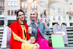 Sale och turism, lyckligt folkbegrepp - härliga kvinnor med shoppingpåsar Royaltyfri Fotografi