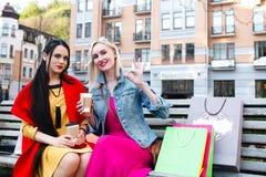 Sale och turism, lyckligt folkbegrepp - härliga kvinnor med shoppingpåsar Royaltyfria Foton
