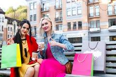 Sale och turism, lyckligt folkbegrepp - härliga kvinnor med shoppingpåsar Fotografering för Bildbyråer