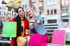 Sale och turism, lyckligt folkbegrepp - härliga kvinnor med shoppingpåsar Arkivbilder