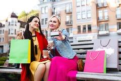 Sale och turism, lyckligt folkbegrepp - härliga kvinnor med shoppingpåsar Arkivbild